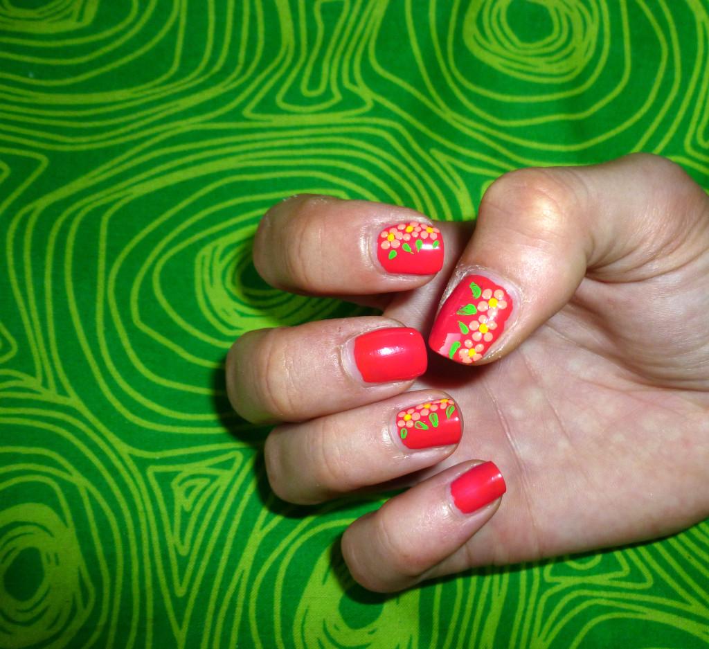 Risultato finale della nail art con fiori. Semplice e veloce.