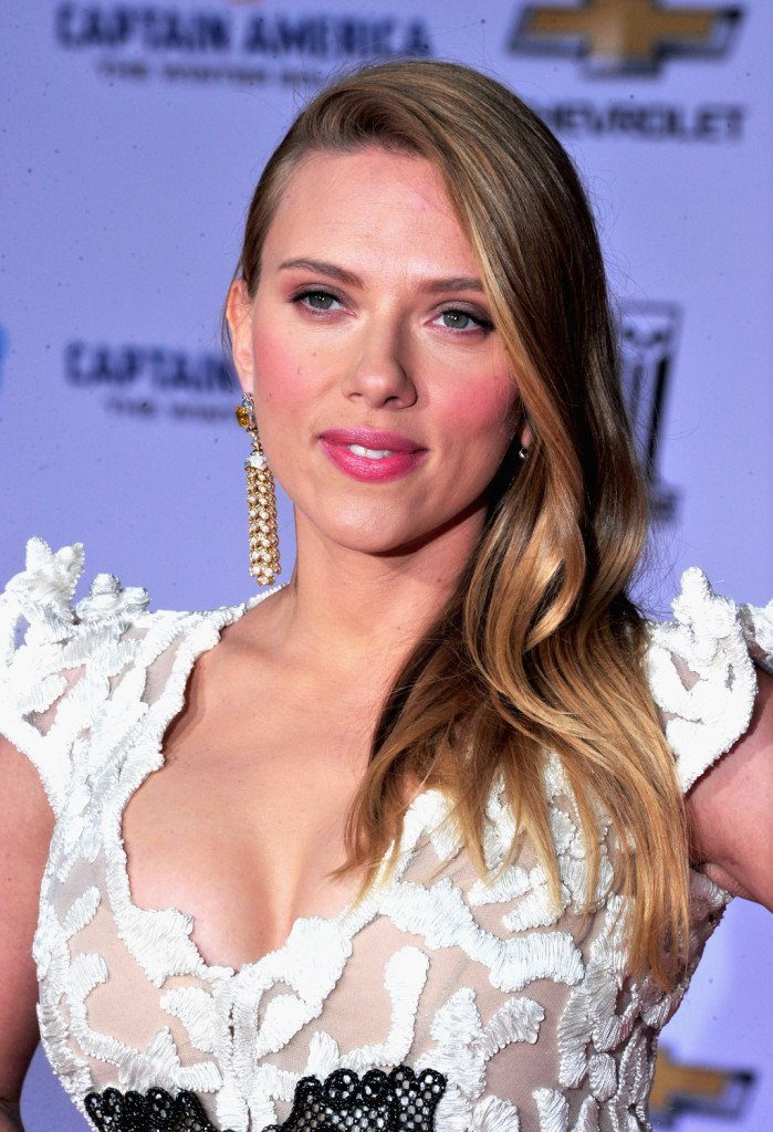 Il biondo scuro si Scarlette Johansson si illumina di riflessi dorati