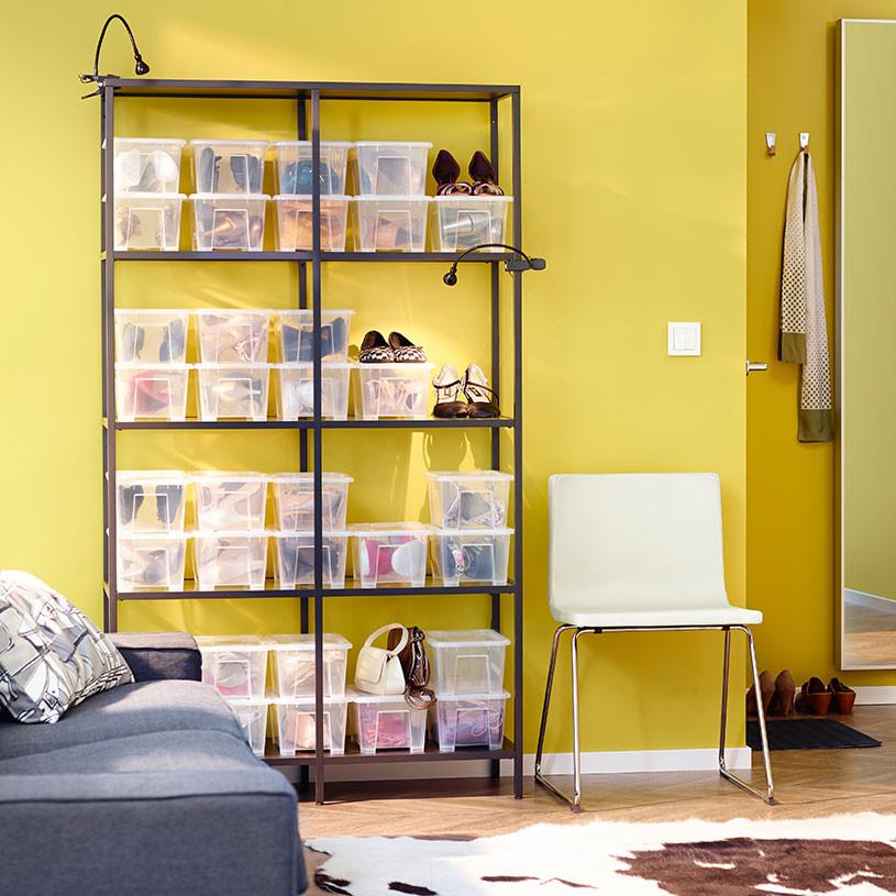 Copia le idee Ikea! Dipingi una parete con il colore che preferisci, usa delle mensole o una libreria e delle scatole trasparenti in cui mettere le tue scarpe! L'effetto scenografico è assicurato