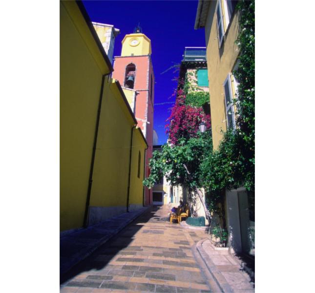 Vie colorate e fiori: uno scorcio di Saint-Tropez / photo: Getty