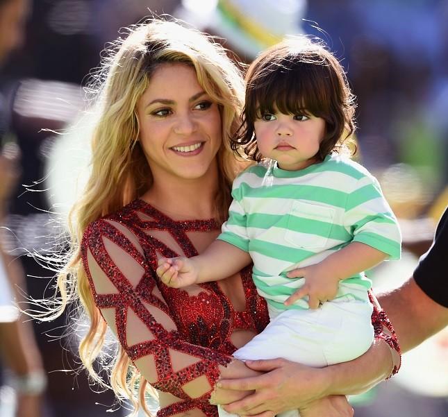 La popstar Shakira alla cerimonia di chiusura dei Mondiali 2014 col piccolo Milan