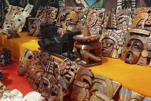 Banchi e negozietti artigianali vendono souvenir che riproducono statuine legate alla religione e alle credenze popolari