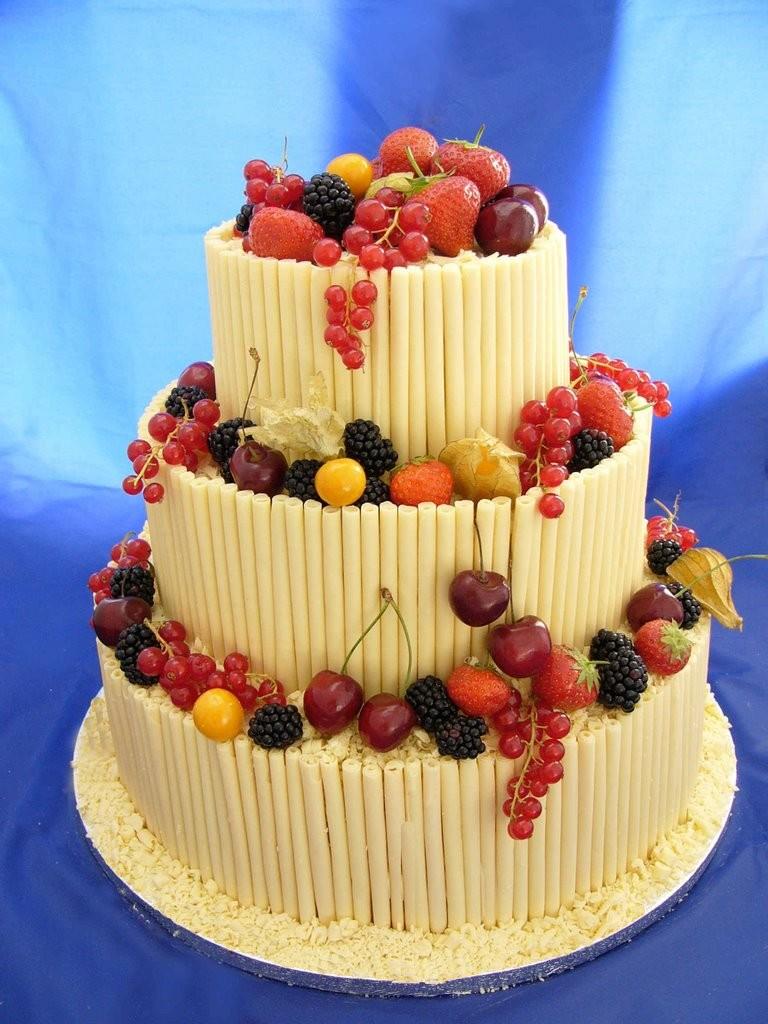 torta al cioccolato spirale con frutta fresca foto by patacake-parties