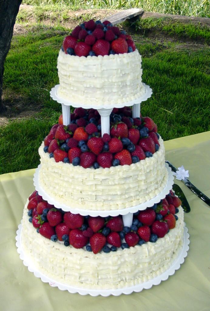 torta alla frutta bianca a tre piani stile country chic foto by farmfreshcowpies