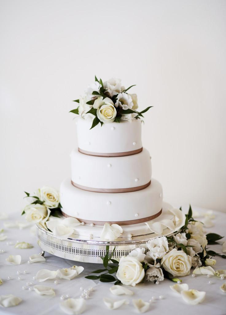 la tradizione impone una torta bianca per le nozze, ma esistono anche tante varianti fra le quali scegliere