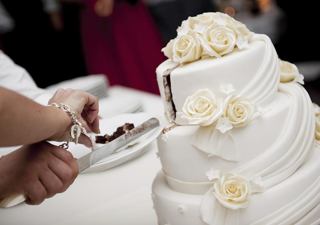 la torta nuziale bianca è un classico molto elegante farcita con crema di vari gusti