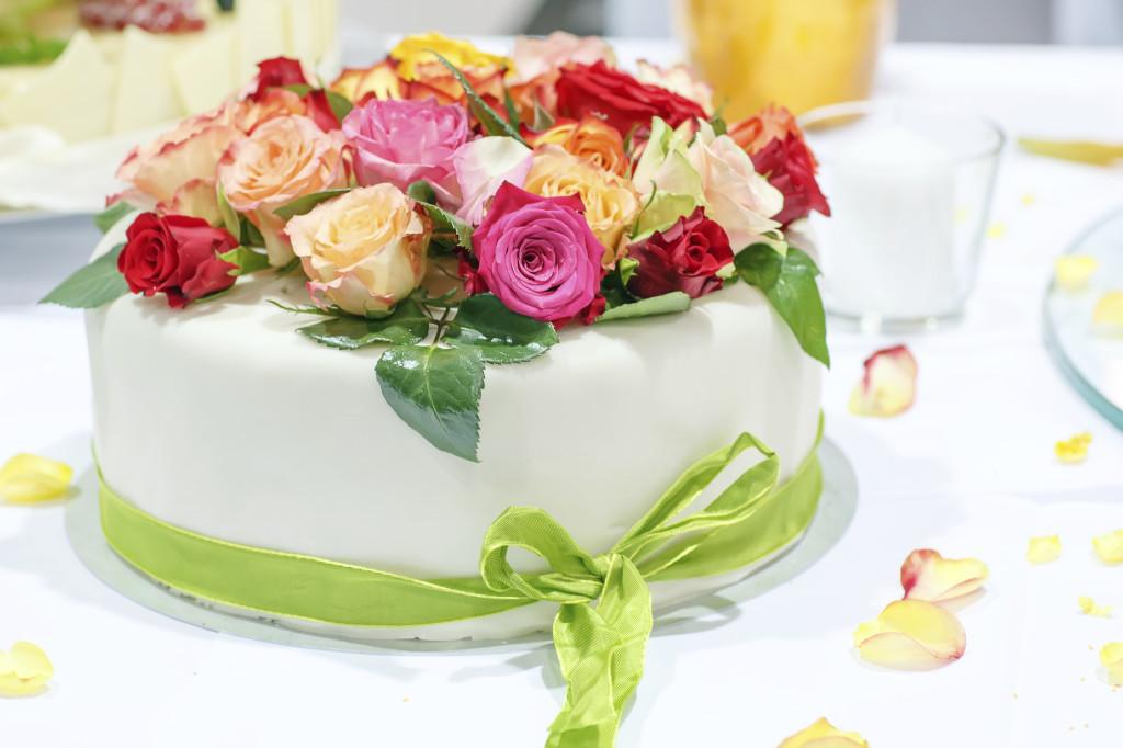 il verde è un colore delicato e chic, perfetto per una torta bianca con fiori freschi di diversi colori e nastro verde chiaro, perfetta con una crema al limone oppure al pistacchio