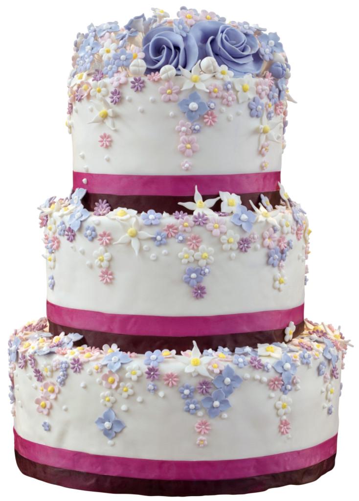una torta bianca a tre piani con nastri fucsia e roselline viola, blu e bianche. Anche il ripieno è multicolore con crema chantilly e frutti di bosco