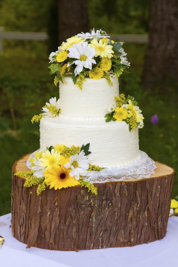 la torta bianca e gialla è l'ideale per un matrimonio primaverile con margherite e gerbere gialle e bianche. Per renderla ancora più perfetta sceglila farcita con crema al limone