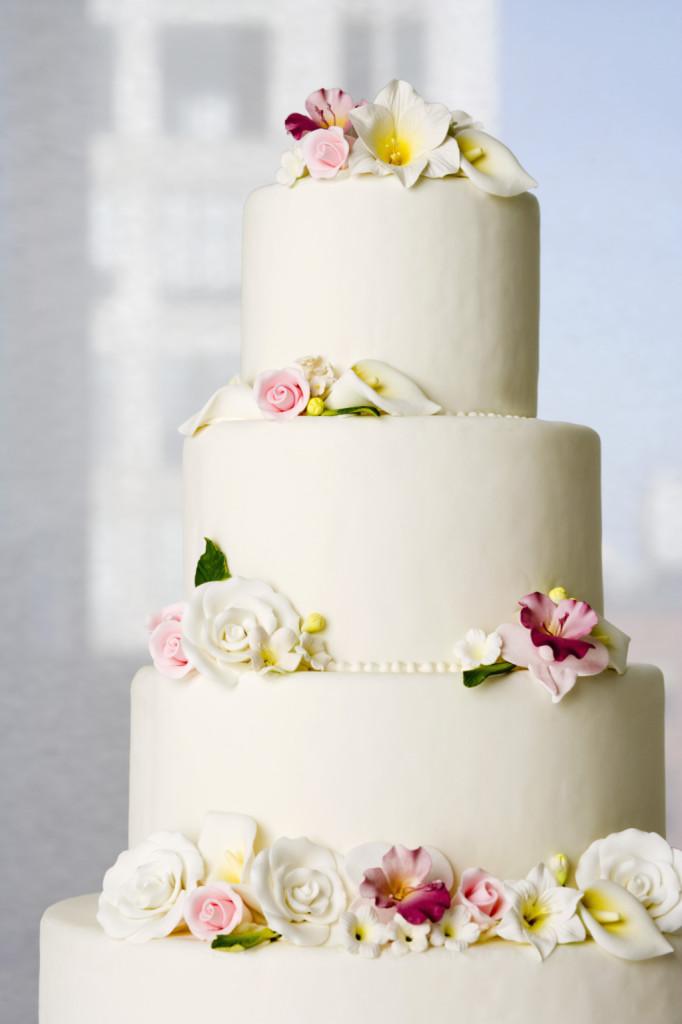 anche una semplice torta bianca può trasformarsi grazie ai fiori freschi aggiunti sui piani e alla crema pasticcera con gocce di cioccolato
