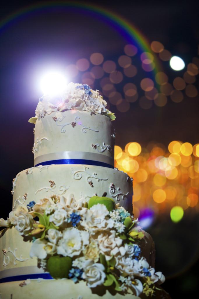 torta bianca con fasce blu e fiori bianchi ed azzurri