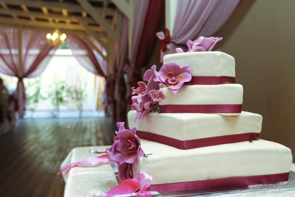 torta indaco e bianca, con orchidee e nastri sceglila ripiena di panna e frutti di bosco per un connubio perfetto