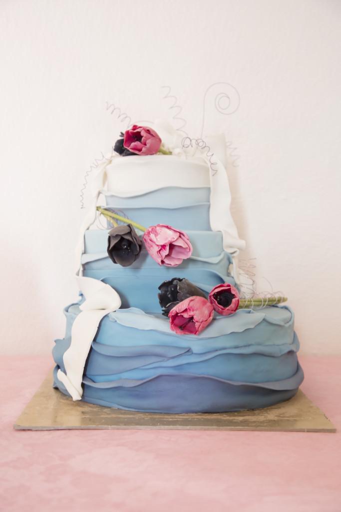 torta azzurra con fiori rosa e blu, chic ed elegante, ma anche particolare