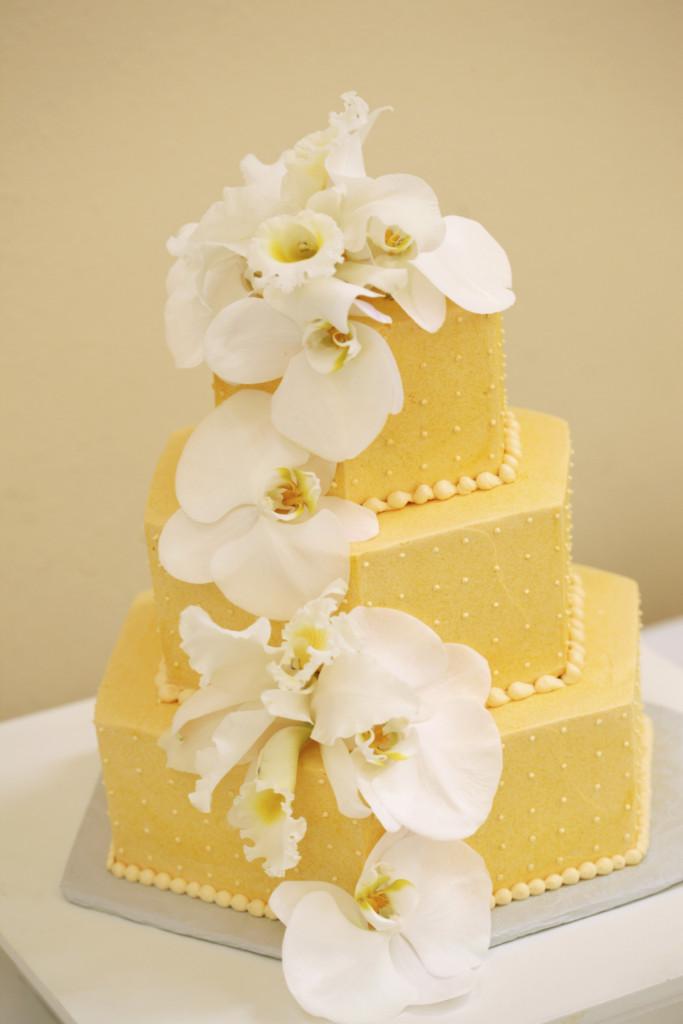 questa torta ricoperta in pasta di zucchero gialla, tendente al dorato, è delicata ed elegante. Sceglila farcita con ricotta e gocce di cioccolato per un ripieno delicato.