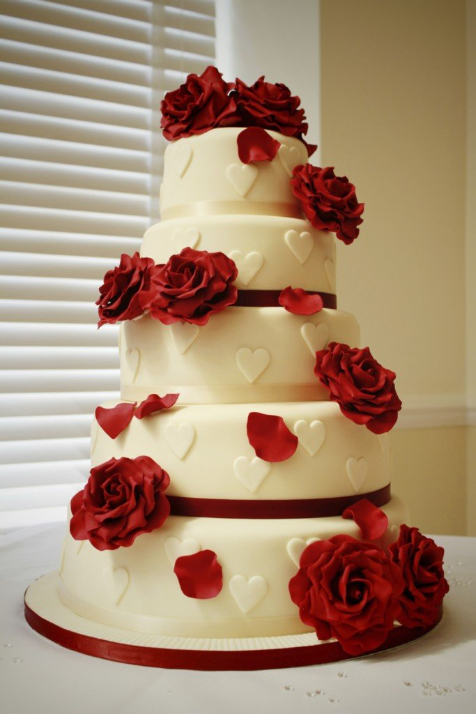 questa torta a cinque piani è indicata per le più romantiche. Potete sceglierla con cioccolato, panna oppure nella versione più speciale al cocco