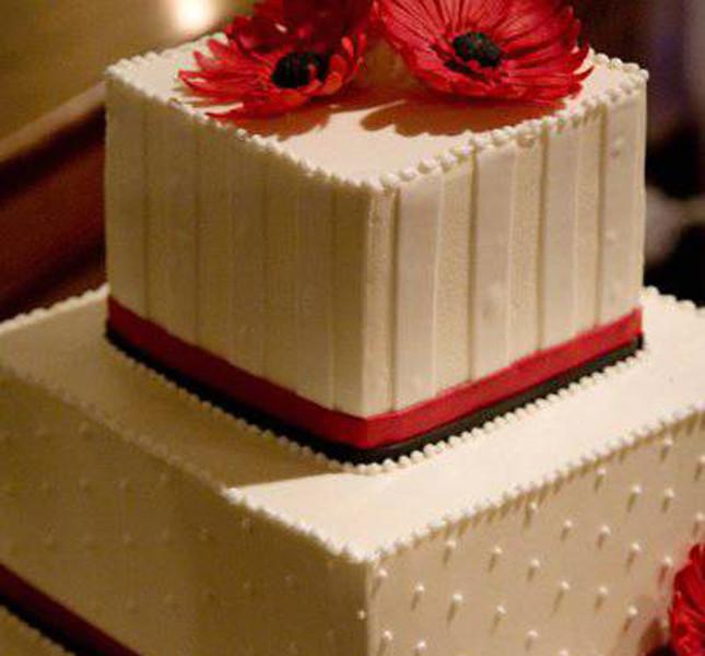 Per la torta quadrata il bianco e rosso sono uno spunto perfetto!