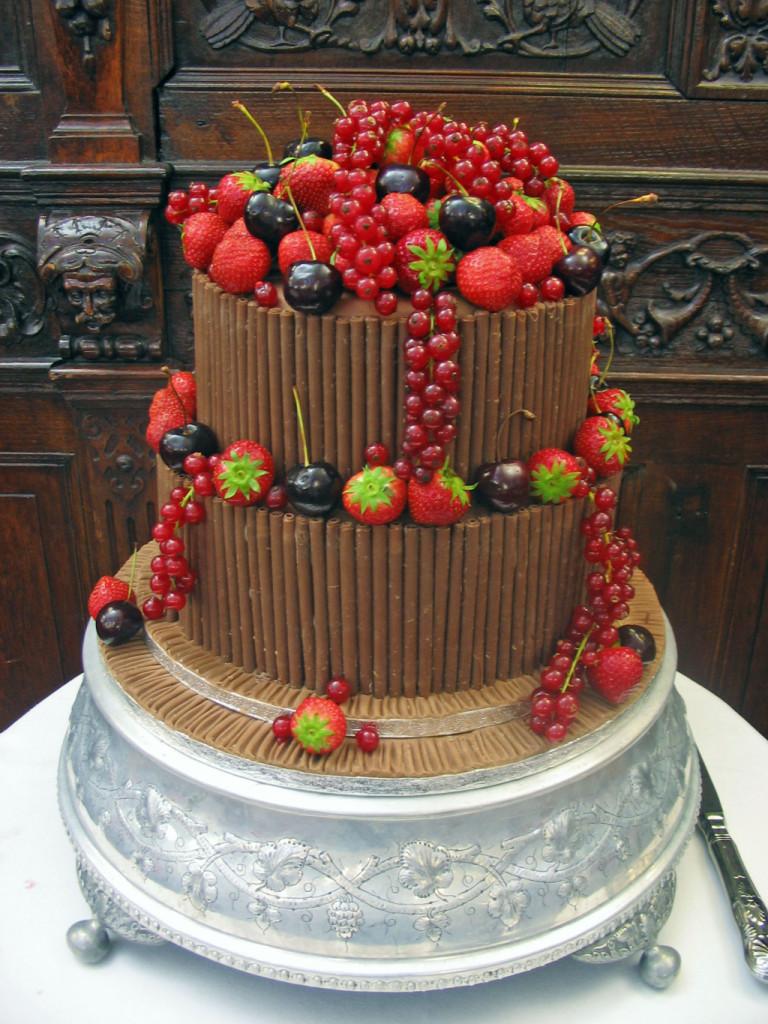 torta con cioccolato al latte e frutta fresca e bacche foto by cake-make