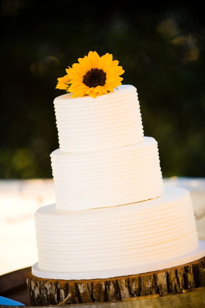 torta nuziale semplice con girasole foto by pinterest Monica Schaefer