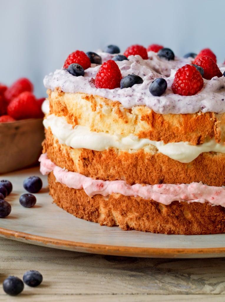 torta nuda a un piano con frutta fresca foto by jimscherer