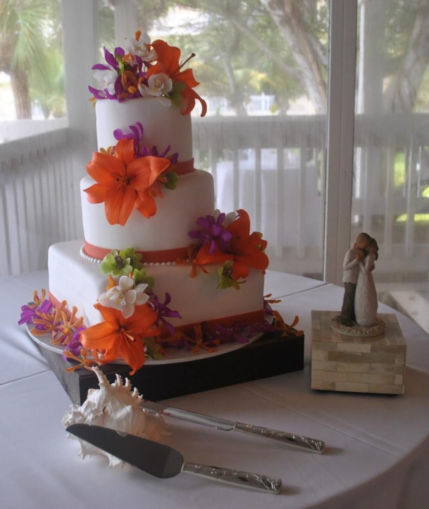torta nuziale a piani con orchidee arancioni foto by thecakezone