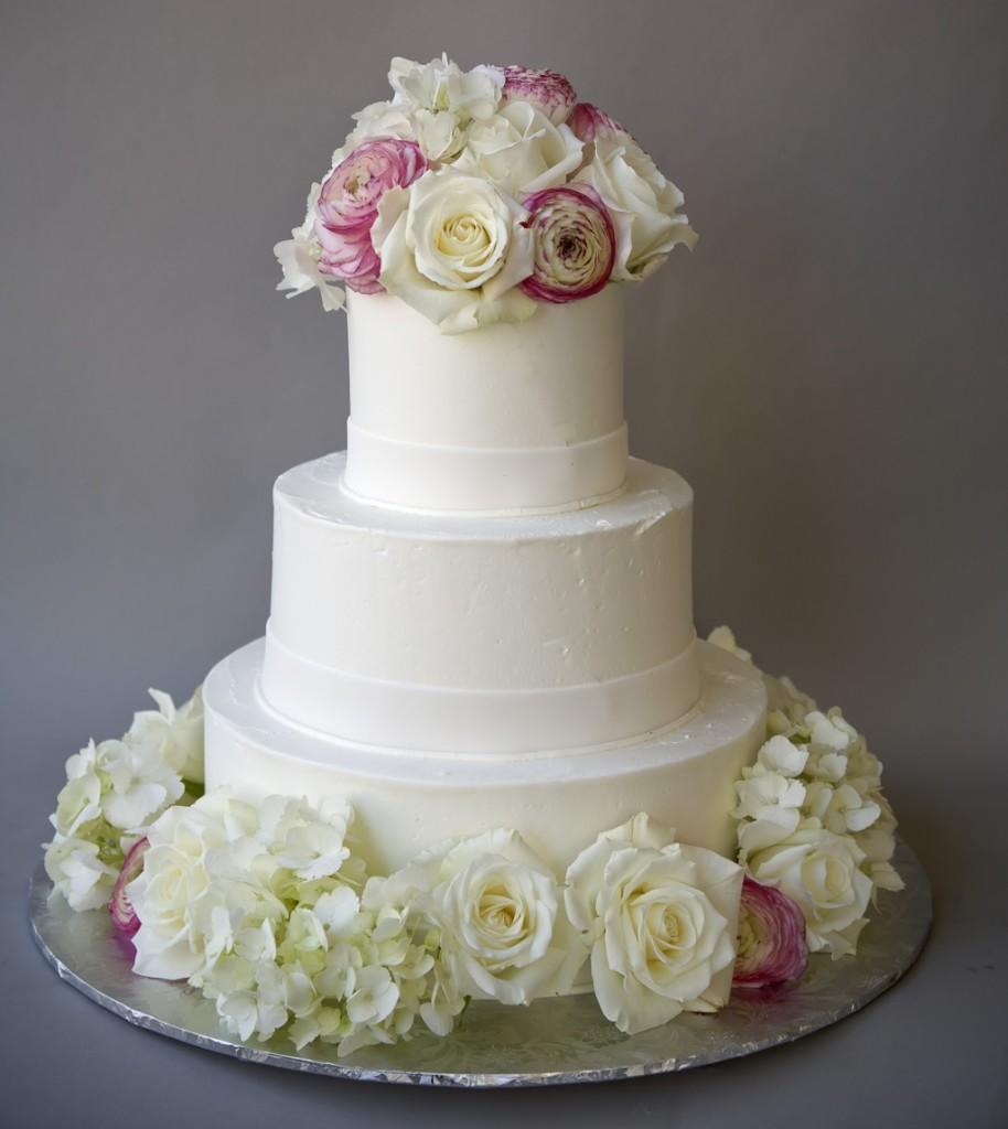 torta nuziale bianca a piani con bouquet di fiori bianchi e verdi foto by asimplecake
