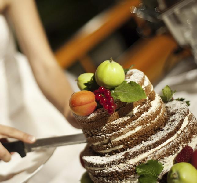 Torta nuziale perfetta per l'estate: con frutta fresca e poco decorata: così il palato non si appesantisce con il sapore della pasta di zucchero.