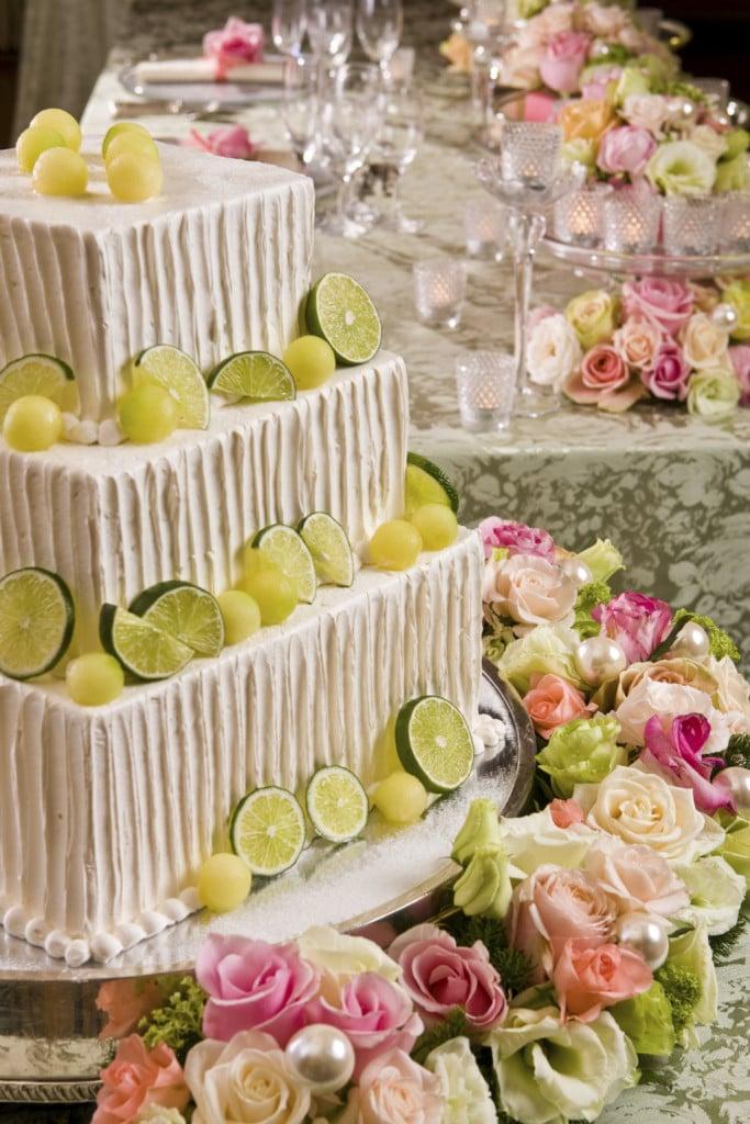 Insolita e delicata la wedding cake al limone con decorazioni perfettamente in tema