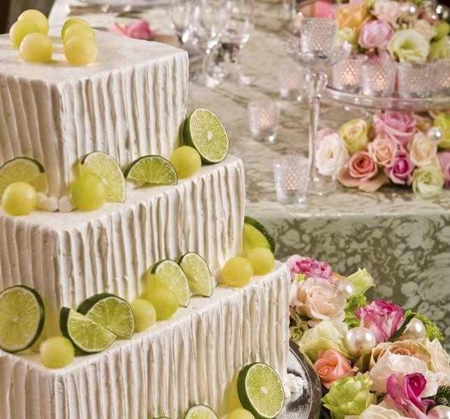 Quadrata ma romantica. Le fettine di lime e la copertura bianca ingentiliscono la forma quadrata della wedding cake rendendola davvero favolosa.