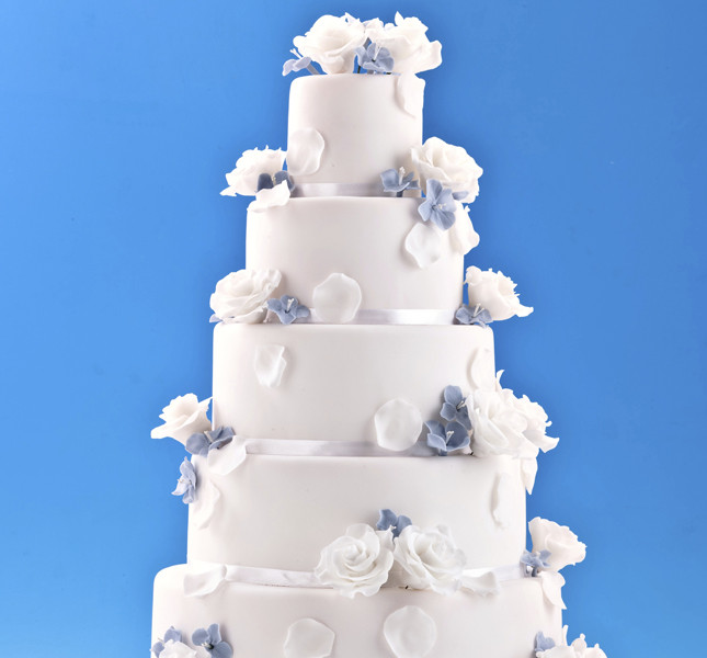 Tema marino? Ecco la torta a piani bianca e azzurra: delicata ed elegantissima.