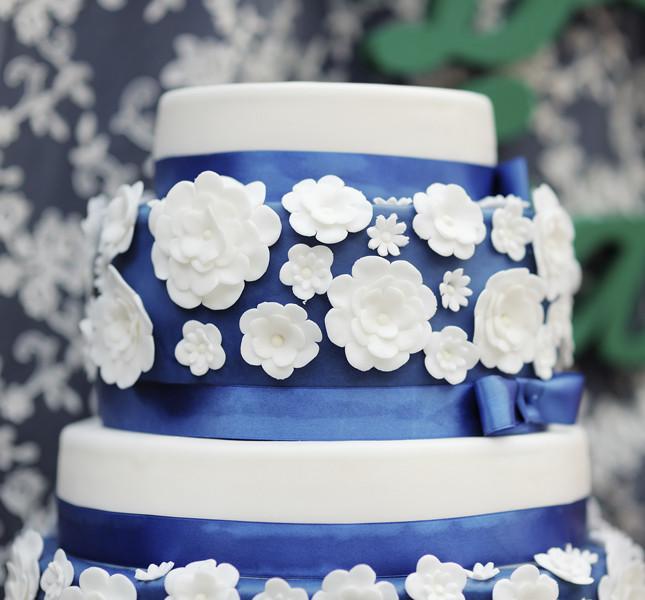 Decorazioni color mare profondo per questa torta nuziale.