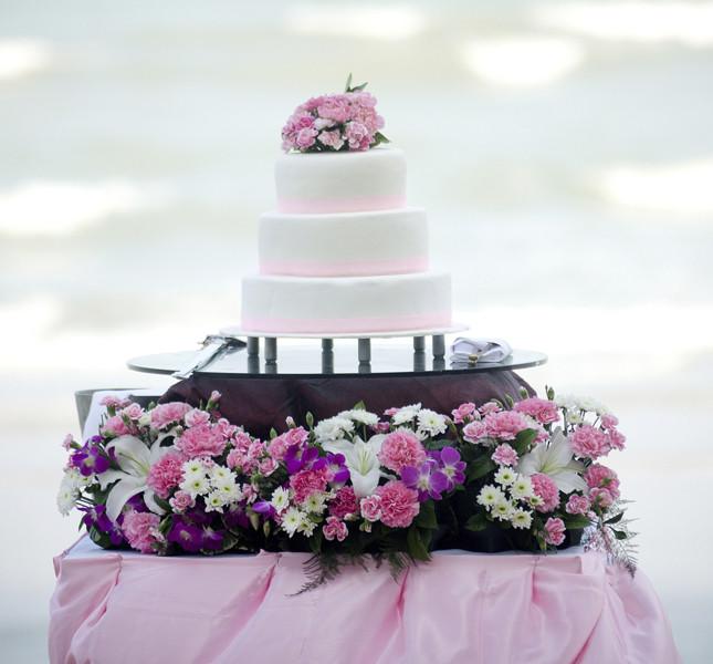 In estate i fiori sulla torta rendono il taglio magico!
