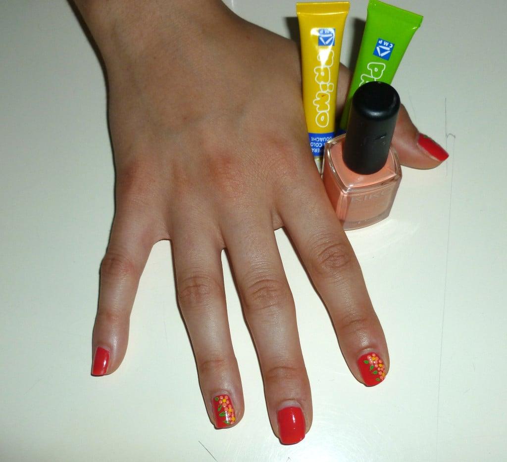 Risultato dell'applicazione del top coat, ultimo step per sigillare la nail alrt con fiori.
