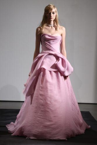 Rosa antico per il modello Nell della collezione autunno 2014 di Vera Wang