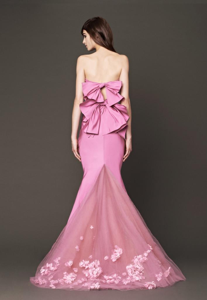 Linea classica davanti, la sorpresa viene dietro in questo vestito rosa ciclamino di Vera Wang (primavera 2014, modello Nisha)