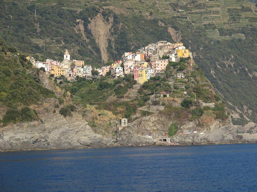 Incastonata tra le Cinque Terre, Corniglia è un borgo affascinante da visitare nel periodo estivo. Meglio ancora se a piedi