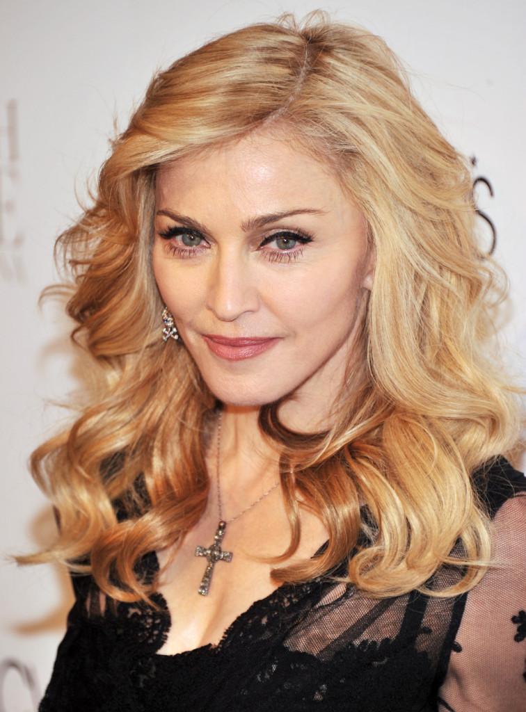 Capelli con highliths per la pop star Madonna, passata negli anni da platino a tonalità più scure di biondo