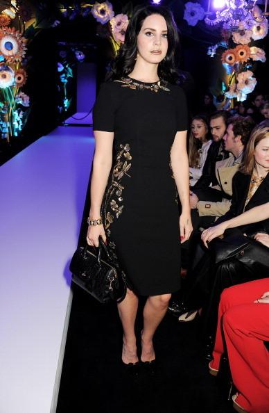 Lana Del Rey indossa un abito nero con dettagli laterali e su collo