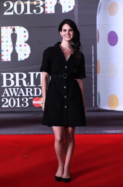 Lana Del Rey indossa un abito nero con allacciatura a bottoni