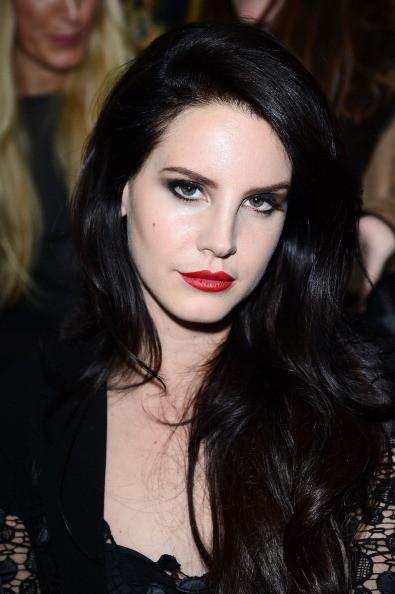 Look total black e labbra rosso fuoco per Lana Del Rey