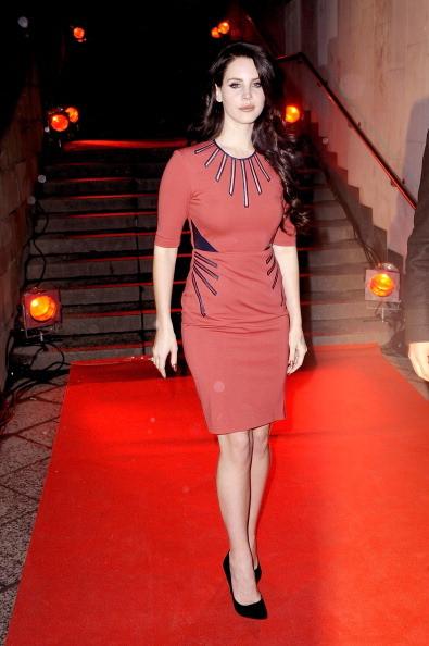 Lana del Rey indossa un mini abito rosso