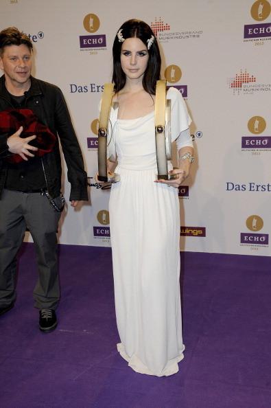 Lana del Rey indossa un abito bianco