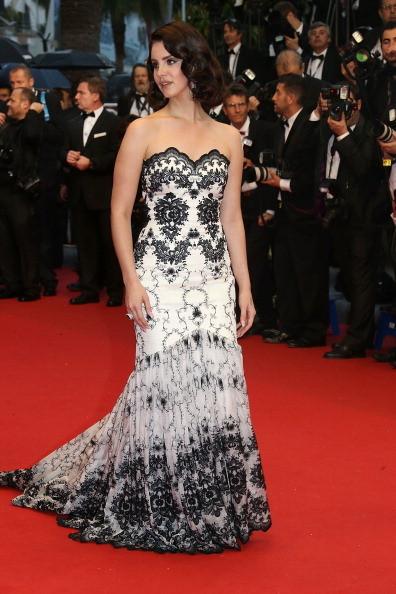 Lana del Rey indossa un abito bianco con decori in nero