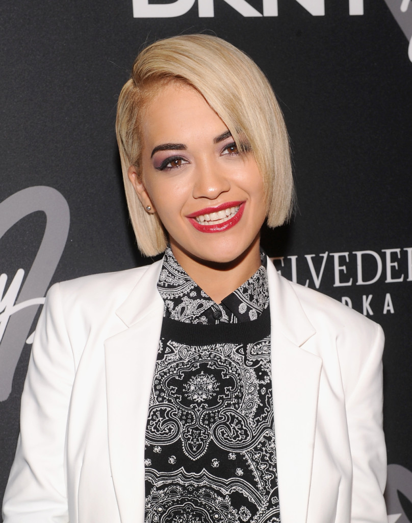 Biondo platino per Rita Ora che sfoggia un caschetto perfetto