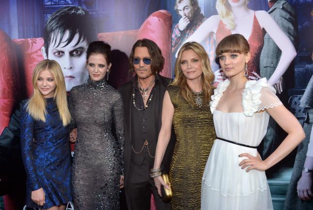 Johnny Depp con le colleghe alla premiere di