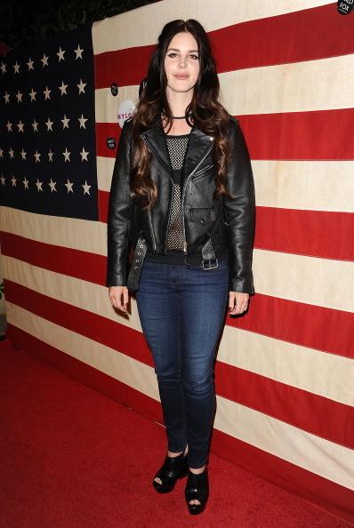 Lana del Rey indossa jeans con una giacca di pelle modello biker