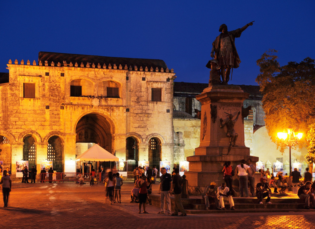 La sera Santo Domingo si accende di mille colori. Il centro della vita notturna è Piazza Cristoforo Colombo