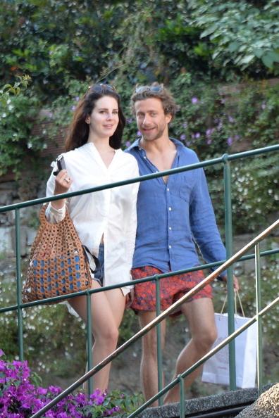 La coppia in vacanza  a Portofino sfoggia un look perfetto per l'estate