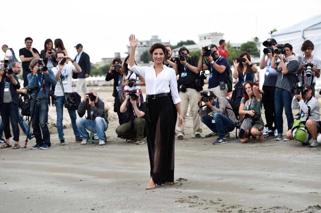 La signora Montalbano saluta la folla che la acclama