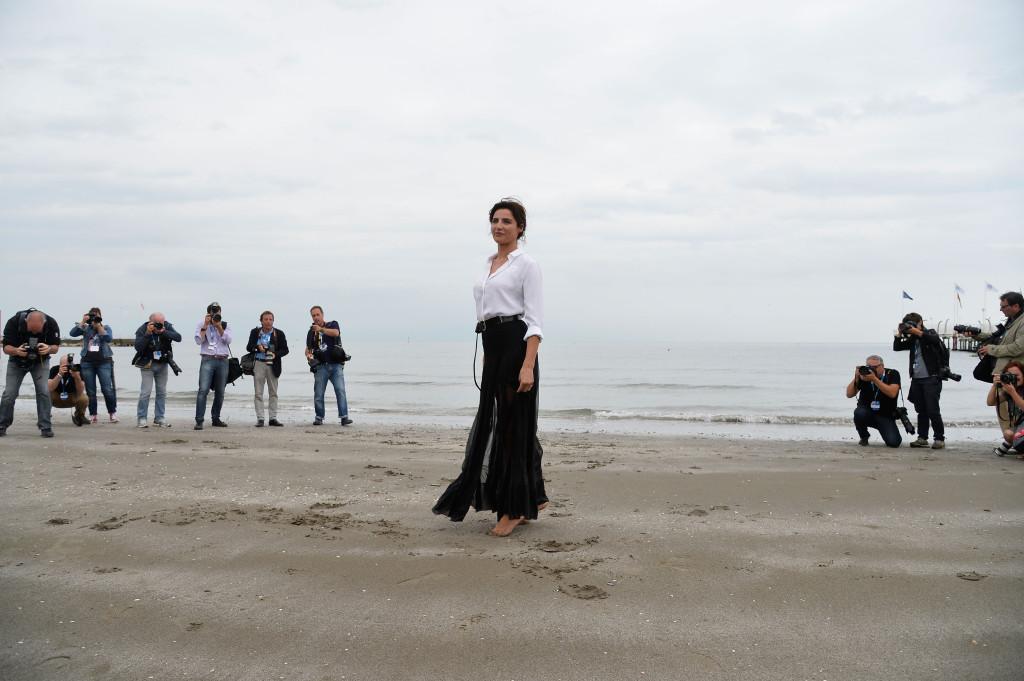 L'attrice posa sulla spiaggia del Lido di Venezia