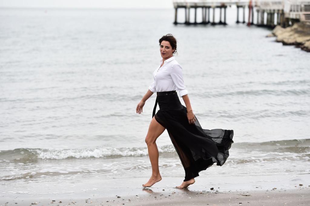 L'attrice sulla riva delle acque del Lido lagunare